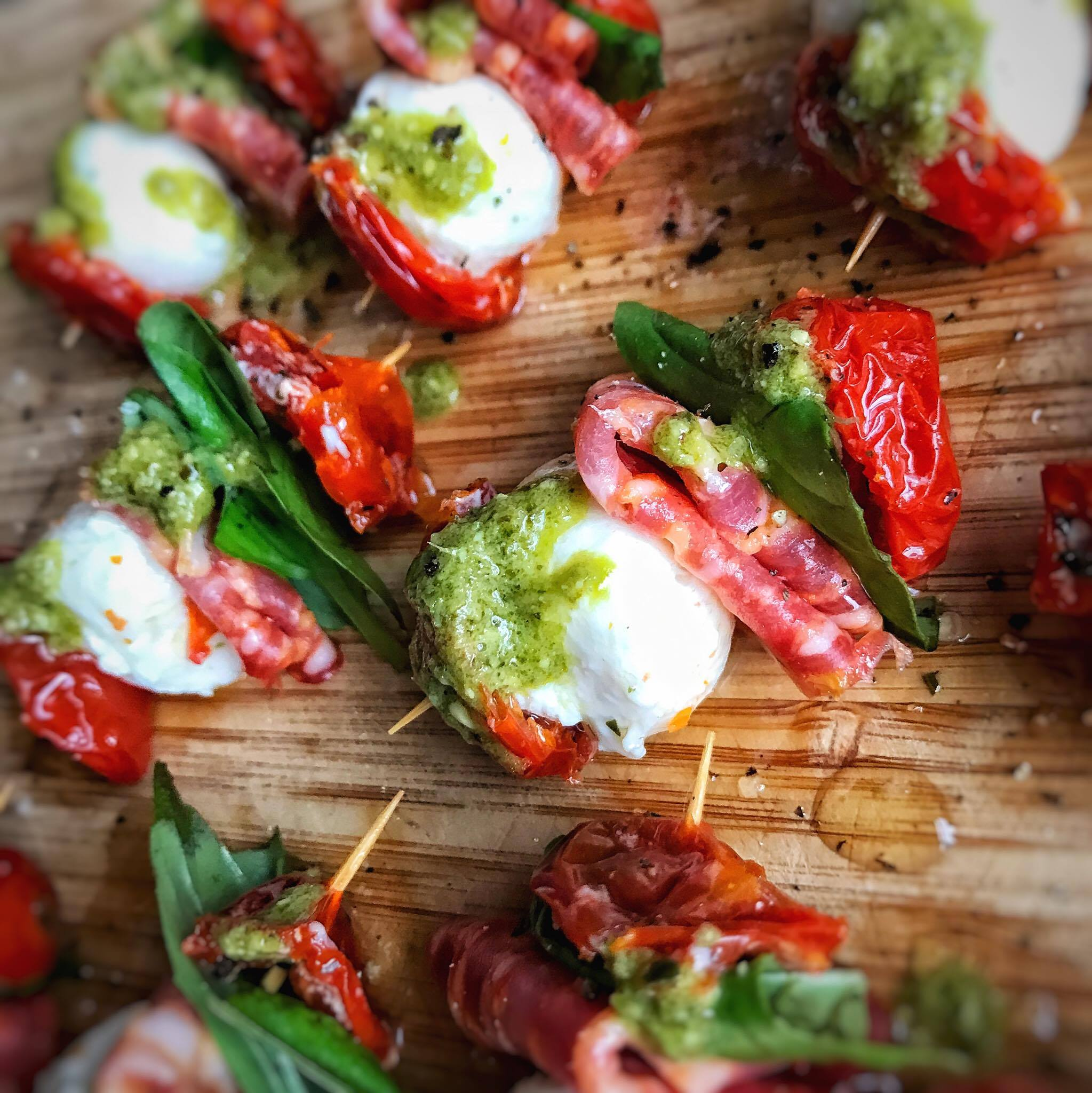 Christmas canapes mozzarella pepparoni and pesto for Mozzarella canape